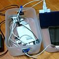 写真: 積み重ねボックスで充電ステーション、の中身