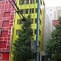 Photos: ちなみに、この黄色いビルが青い有名店だった頃の店員でした。わかる...