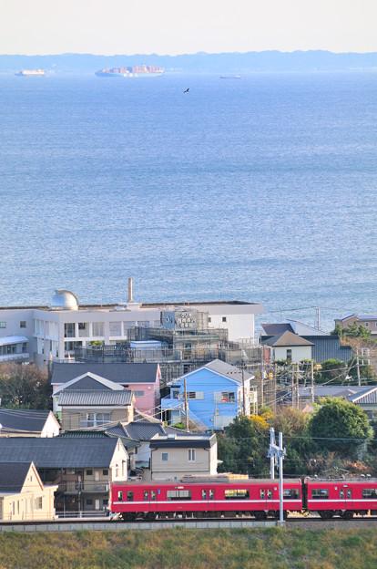 浦賀水道を望む単線を行く1500型 YRP野比~京急長沢