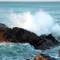 荒々しい波が押し寄せる