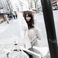 白い自転車と白いコートのお茶目な彼女