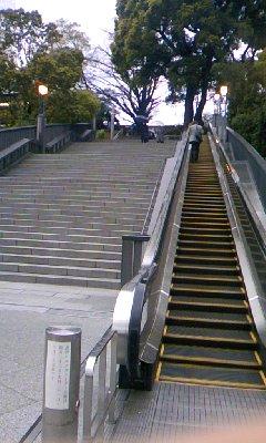 日枝神社なう。参道の階段横にエスカレーター。