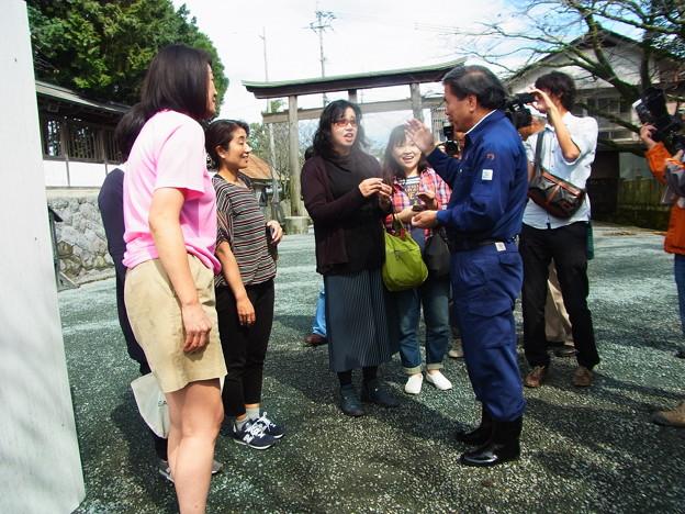 おばちゃんに囲まれる 熊本県知事さん(らしい…地震の後なんで防災番組収録中みたいだった)