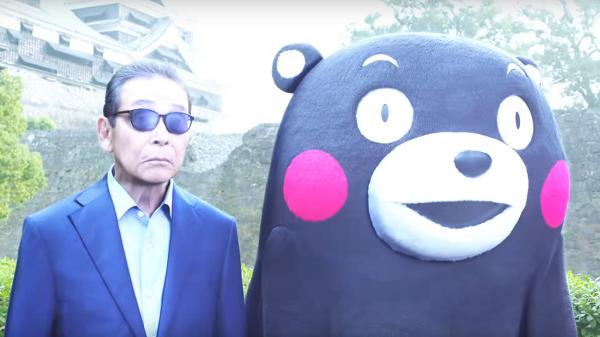 【動画】缶コーヒー「プレミアムボス」新CMでタモリ&くまモンが初共演!タイムスリップして熊本城を応援!