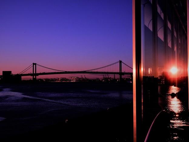 写真: レイイボーブリッジと日の出の映り込み