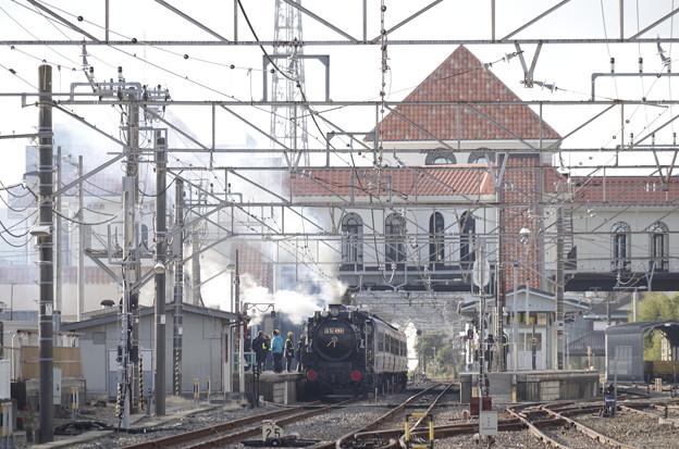 南欧風駅舎と漆黒の機関車