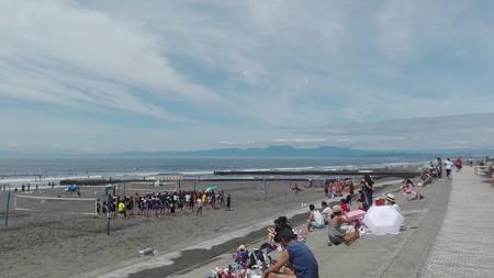 伊豆半島をバックに若者がビーチバレー