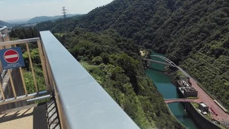 宮ケ瀬ダムの下を望む。観光放水の観光客が集結中