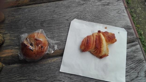 写真: イチジクパンとクロワッサン(カンガルー@新百合)