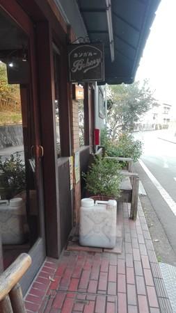 カンガルー店頭 ベンチがあり。