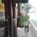 写真: カンガルー店頭 ベンチがあり。