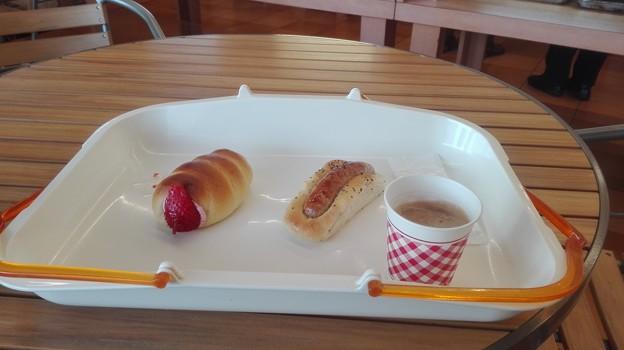 写真: ストロベリーコロネとソーセージパンとコーヒー@ぱん工房ふくふく