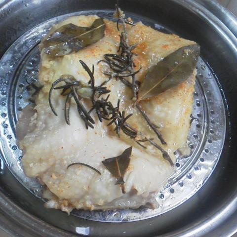 Photos: ♪【蒸し鶏】鶏ももに塩してローズマリー 月桂冠 一味唐辛子 ポリ袋で2...