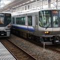 写真: 225系 HF407と223系 HE423
