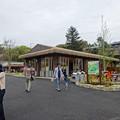 写真: 春の東山動植物園 No - 015:アジアゾウ舎跡地に整備された、無料休憩所