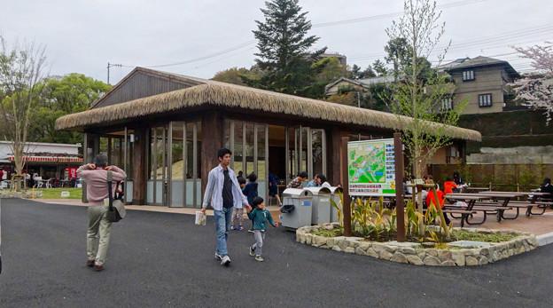 写真: 春の東山動植物園 No - 016:アジアゾウ舎跡地に整備された、無料休憩所