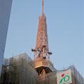 写真: 工事中のビル越しに見た、名古屋テレビ塔 - 2