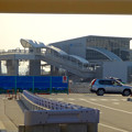 写真: 高架下から見た、あおなみ線ささしまライブ駅