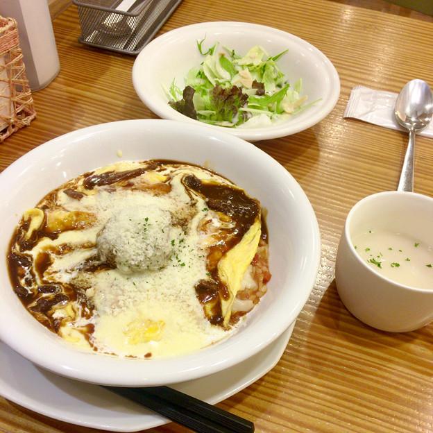 洋食のことこと屋:「トロトロ玉子のオムハヤチーズ ハンバーグON」のサラダとスープセット - 1