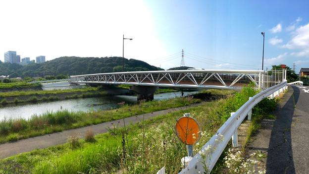 銀色に輝く、内津川に架かる上水道橋 - 3(パノラマ)