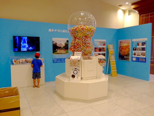 松坂屋美術館『藤子・F・不二雄展』 - 4:入口前のパネルとドラえもん型の…ガチャガチャ?