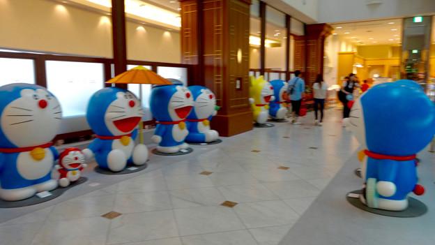 松坂屋美術館『藤子・F・不二雄展』 - 7:入口前に沢山のドラえもん像