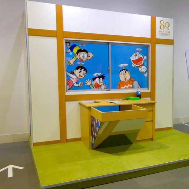松坂屋美術館『藤子・F・不二雄展』 - 9:展示の最後に記念写真撮影コーナー(のび太の机)