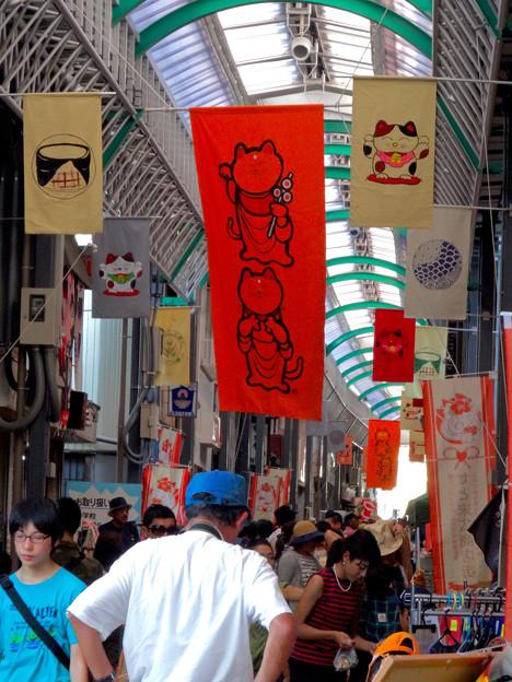 せともの祭 2016 No - 76:大勢の人で賑わう会場と招き猫の幟り