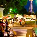 夜の屋台とそれを見下ろすように聳え立つ、名古屋テレビ塔 - 2