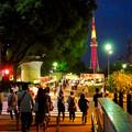 夜の屋台とそれを見下ろすように聳え立つ、名古屋テレビ塔 - 4