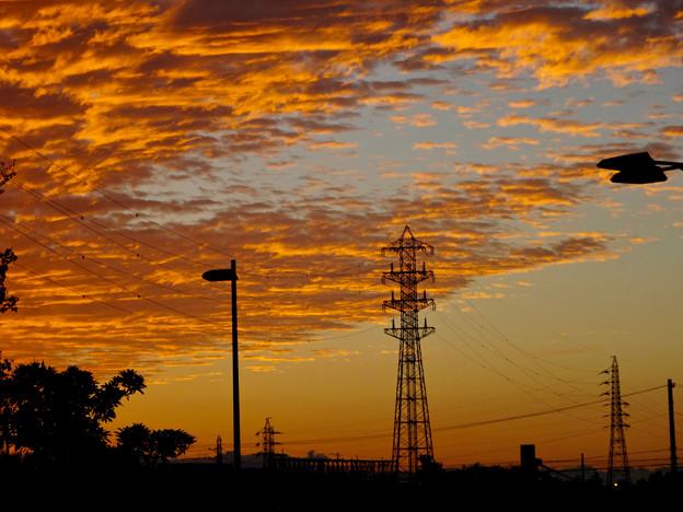 夕焼けを浴びた鱗(うろこ)雲と鉄塔 - 2