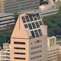 写真: ミッドランドスクエア「スカイプロムナード」から見た景色(夕方) - 54:ロケット風の建物「東建ホール丸の内」(屋上にヘリポート!?)