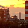 写真: 王子製紙の工場越しに見た、夕暮れ時のザ・シーン城北 - 2