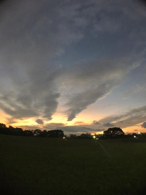 広角レンズ付けて撮影した夕焼け空と雲 - 1