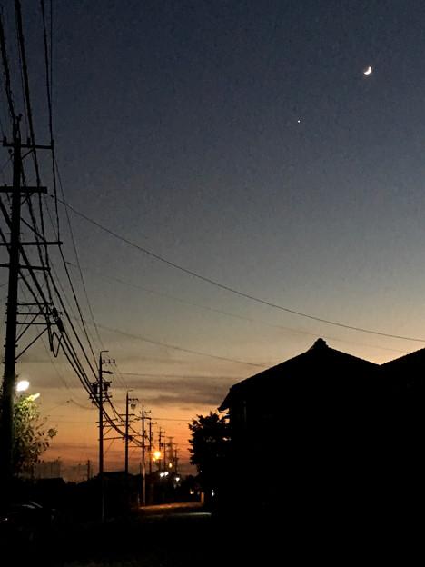 iPhoneで撮影した、三日月と並んで輝く「宵の明星」(金星) - 4