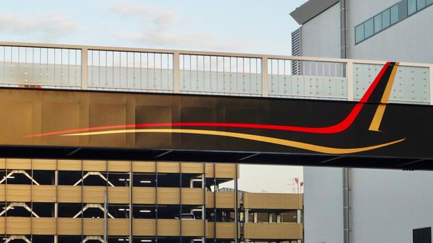 県営名古屋空港近くに、MRJをイメージしたデザインが施された歩道橋 - 2