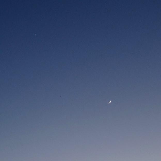 元旦(2017年1月1日)の空に並んで輝く、三日月と金星 - 2