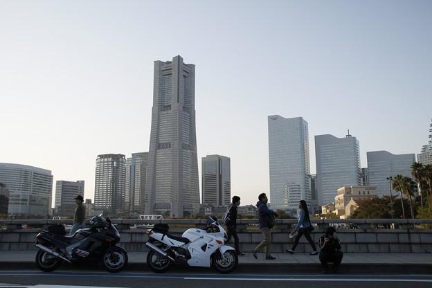バイクとランドマークタワー