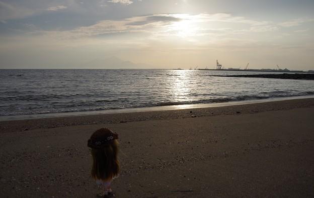浜辺に佇む少女