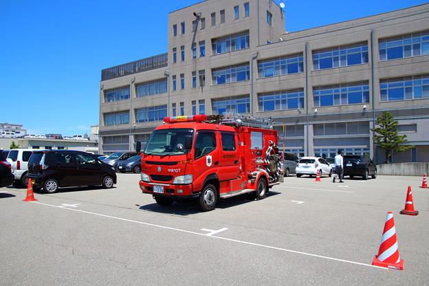 金沢消防局裏駐車場で青空が窓に反射-20160603