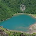 写真: エメラルドグリーンな湖水