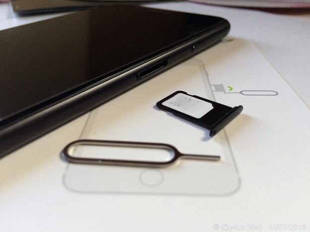 Photos: nanoSIM insert in iPhone 7 Plus ~IIJmio 10.7start