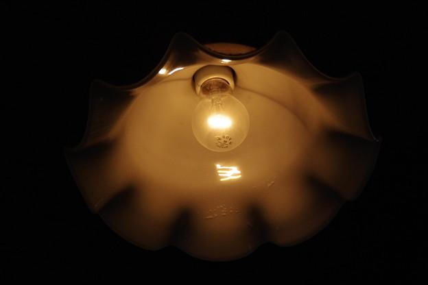 陶器の傘と電球