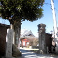 写真: 法禅寺-01c山門・碑(品川小学校発祥之地)・お堂と稲盛稲荷の鳥居