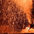 写真: 跳ね「手筒花火」