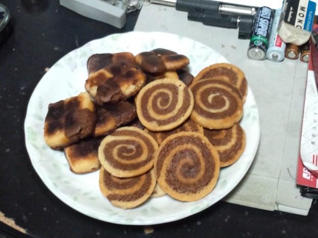 フライパンでクッキー焼けた。四角いのは焦げた。けど味は問題ない。