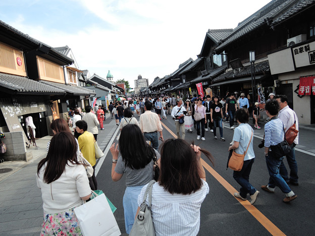 蔵造りの町並みも大混雑