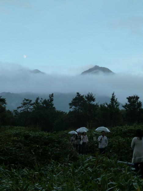 写真: 雨の日の夕暮れの知床連山3