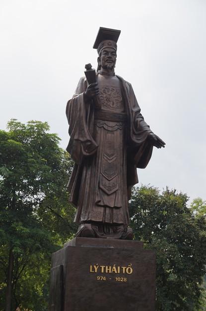 リー・タイトーの像