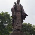 写真: リー・タイトーの像